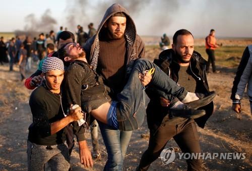 최근 이스라엘과 팔레스타인 가자지구 국경에서 벌어진 시위에서 부상한 팔레스타인인 대피하는 모습 [REUTERS/Mohammed Salem=연합뉴스]