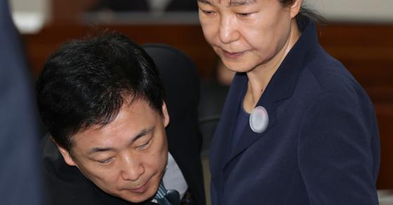 박근혜 전 대통령과 유영하 변호사(왼쪽). [중앙포토]