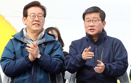 6·13 경기지사 선거에 출마한 더불어민주당 이재명 전 성남시장(왼쪽)과 전해철 의원이 경기도 수원시 화성행궁에서 열린 노사정 등반대회에 참석했다. [뉴스1]