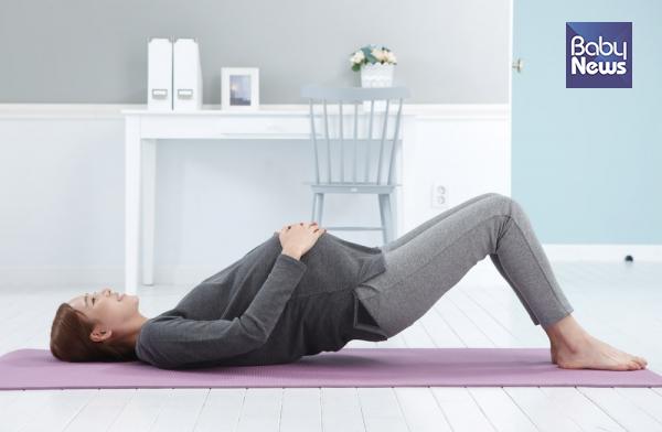 임신 중에도 무리하지 않게 운동을 해서 허리와 골반의 근육을 강화하는 것이 좋다. ⓒ베이비뉴스