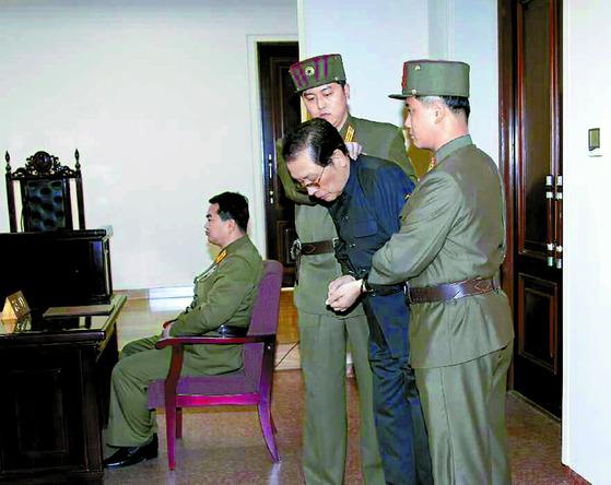 북한 김정은 위원장의 고모부 장성택이 2013년 재판을 받는 모습. [중앙포토]