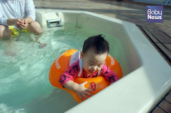 아기들도 목튜브나 스윔트레이너, 퍼들점퍼를 이용하여 수영을 즐길 수 있습니다. 단 보호자는 항상 아기를 보고 있어야 합니다. ⓒ윤나라