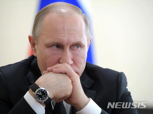 【케메로보(러시아)=AP/뉴시스】블라디미르 푸틴 러시아 대통령이 27일 수도 모스크바로부터 동쪽으로 약 3000㎞ 떨어진 케메로보에서 케메로보시 관리들과 회담을 하면서 심각한 표정을 짓고 있다. 케메로보의 한 쇼핑몰에서 지난 25일 발생한 화재로 최소 64명이 사망했다. 화재 당시 탈출을 위한 비상구가 잠겨 있었고 화재경보기도 작동하지 않은 것으로 알려져 안전불감증이 심각한 것으로 나타났다. 2018.3.27