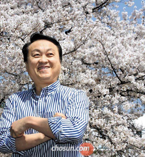 """벚나무 아래에 선 김응교 시인은""""일본인은 사쿠라의 피고 짐에서 목숨을 던지는 사무라이 정신을 떠올린다""""고 했다. /이진한 기자"""