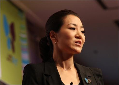 2012년 7월 '진에어 창립 4주년 행사'에서 기자회견을 하는 조현민 대한항공 여객마케팅부 전무./조선DB