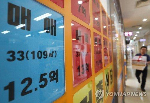 다주택자 양도소득세 중과 시행으로 거래가 급감한 가운데 국토교통부와 서울시의 거래 집계가 10배 이상 차이가 나고 있다. 사진은 강남의 한 중개업소 모습. 사진=연합뉴스.
