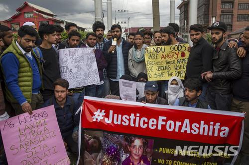【스리나가르(인도령 카슈미르)=AP/뉴시스】지난 1월 납치된 후 1주일 뒤 성폭행당한 시신으로 발견된 8살 소녀 아시파의 살해에 항의하는 시위가 11일 인도령 카슈미르의 스리나가르에서 열리고 있다. 그러나 급진 힌두단체 회원 수천명은 이날 한 힌두교 사원 안에서 무슬림 소녀를 성폭행한 혐의로 체포된 힌두교도 남성 6명이 무죄라며 이들의 석방을 요구하는 시위 행진을 벌였다. 6명 중 2명은 현직 경찰관이다. 2018.4.12