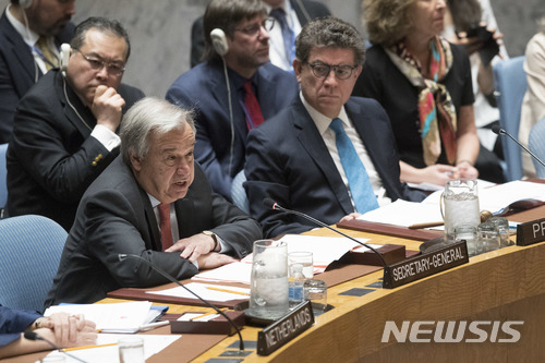 【유엔본부= AP/뉴시스】 안토니우 구테흐스 유엔사무총장(왼쪽)이 14일 유엔안보리에서 시리아 문제에 대해 발언하고 있다. 2018.04.16
