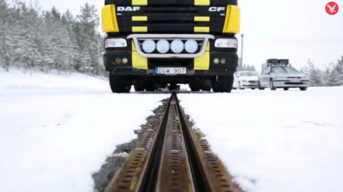 약 2년에 걸친 설치를 거쳐 탄생한 전기도로는 스웨덴 스톡홀름 아를란다 공항에서 12km 떨어진 물류센터를 오가는 국제 항공 배송업체 'PostNord' 소속 화물차들이 앞으로 1년간 쓰게 되며, 결과를 검토해 최장 2만km까지 확장해나갈 계획이다. 차대에 설치된 접촉기와 도로에 깔린 전기레일이 연결돼 화물차가 해당 구간을 전기로만 운행하는 방식이다. 전기도로가 끝나면 다시 접촉기는 차대 안으로 들어가며, 나머지 구간은 기존 연료로 달린다. 영국 인디펜던트 영상 캡처.