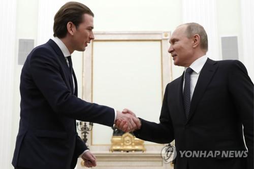 제바스티안 쿠르츠 오스트리아 총리(왼쪽)와 블라디미르 푸틴 러시아 대통령 [타스=연합뉴스]