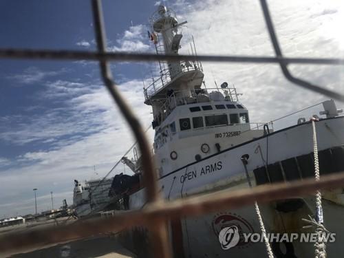이탈리아 시칠리아 섬의 포찰로 항구에 정박해 있는 스페인 난민구조 NGO '프로악티바 오픈 암스'의 선박 [AP=연합뉴스]