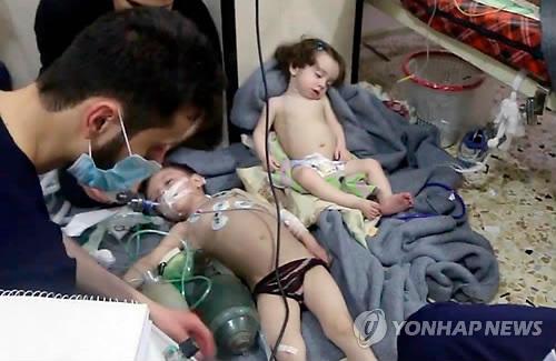시리아의 화학무기 피해 추정 어린이들 [AP=연합뉴스]