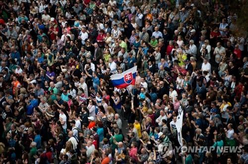 15일(현지시간) 브라티슬라바 광장에 모인 3만여명의 시위대가 잔 쿠치악 피살 사건의 진상 규명과 경찰청장 해임을 촉구하고 있다.  [AFP=연합뉴스]