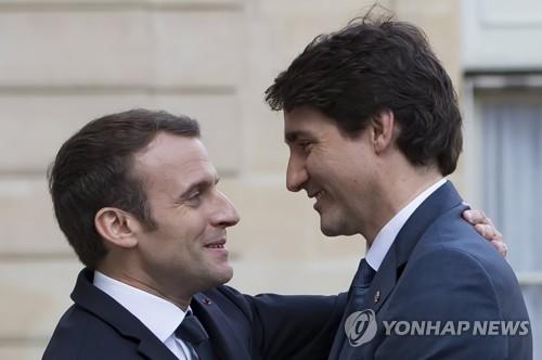 반갑게 인사하는 마크롱 프랑스 대통령(왼쪽)과 트뤼도 캐나다 총리 (파리 EPA=연합뉴스)
