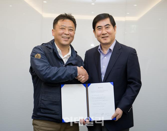 ▲17일 서울 가든호텔에서 삼성전자서비스지회 나두식 지회장(왼쪽)과 삼성전자서비스 최우수 대표이사(오른쪽)가 협력업체 직원 직접 고용 합의서에 서명했다