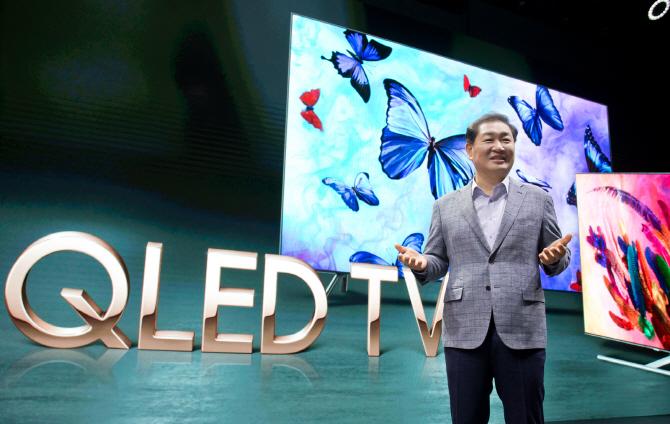 한종희 삼성전자 영상디스플레이 사업부장(사장)이 17일 서울 서초구 삼성 사옥에서 '2018년형 QLED TV'를 소개하고 있다. 사진=삼성전자