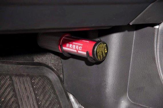 한국도로공사는 고속도로 2차 사고 예방을 위해 차량 앞좌석에 LED 비상신호등을 비치하도록 차량 안전 장비를 개선한다.
