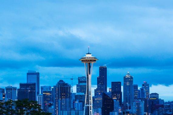 미국 북서부 도시 시애틀은 1970년대 보잉사 본사가 있는 제조업 도시로 유명했지만 보잉사 수익구조 악화로 도시 전체가 침체의 길로 들어섰다. 하지만 스타벅스, 아마존 등의 본사가 시애틀에 자리를 잡으면서 또 한번 부흥기를 맞고 있다. '스페이스 니들'(가운데)을 중심으로 펼쳐져 있는 시애틀 전경.