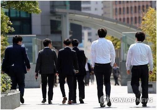 일본의 회사원들이 도쿄 도심을 걷고 있다. 도쿄=연합뉴스 자료사진