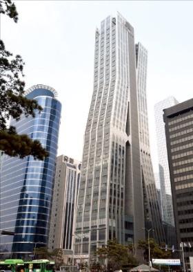 2009년 입주한 서울 영등포구 여의도동 '에스트레뉴' 빌딩. 최고 36층에 상가 36실과 오피스텔 118실로 구성돼 있다. 한경DB