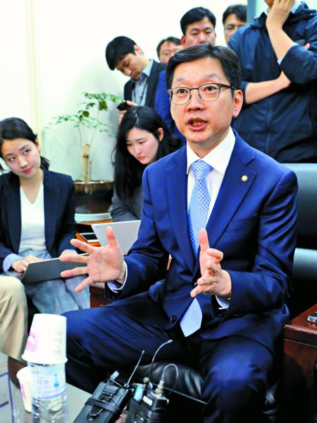 김경수 더불어민주당 의원이 16일 국회에서 기자회견을 마친 뒤 기자들의 질문에 답하고 있다. 김 의원은 댓글 조작 혐의로 구속된 김모씨(닉네임 드루킹)와의 관계 등 자신에게 제기된 의혹에 대해 설명했다. 윤성호 기자