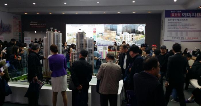 방문객으로 북적이는 `동탄역 금성백조 예미지 3차` 모델하우스 내부 모습 [매경DB]