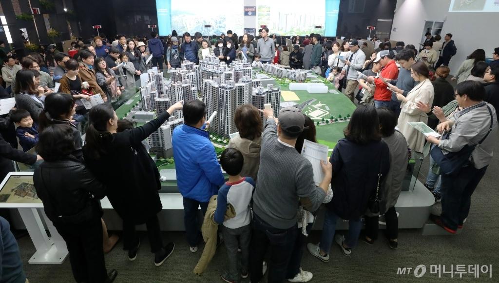 지난 1일 문을 연 서울 마포구 대흥동 마포프레스티지자이 모델하우스가 방문객으로 붐비고 있다. /사진제공=뉴스1