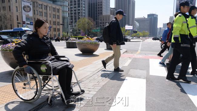 기자가 지난 16일 서울 광화문역 앞 장애인 체험을 위해 휠체어를 타고 횡단보도를 건너보았다. 쉽지 않았다. [사진=정희조 기자/ checho@heraldcorp.com]