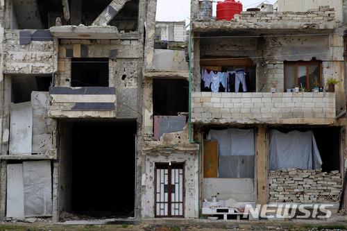【홈스( 시리아) = AP/뉴시스】미국이 주도하는 연합군의 폭격으로 폐허가 된 시리아 홈스 시내 주택가에는 아직도 갈 곳 없는 주민들이 숨어 살고 있다.  14일 시리아정부의 화학무기 사용에 대한 응징으로 미-영-프랑스군의 대대적인 공습에 이어 17일 자정에도 미사일 공격이 있었다고 시리아 국영통신이 홈스의 시리아 공군 발표를 인용, 보도했다.