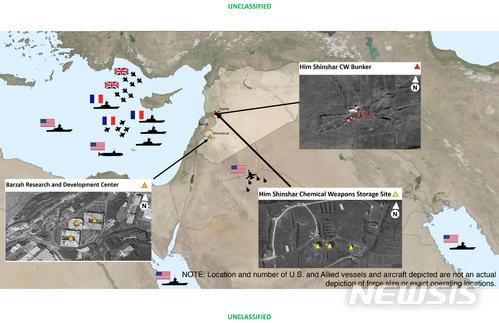 【워싱턴=AP/뉴시스】미국 국방부는 14일(현지시간)워싱턴에서 기자회견을 열어 시리아 내 3곳을 타격한 지점과 위성사진을 공개했다. 2018.04.15