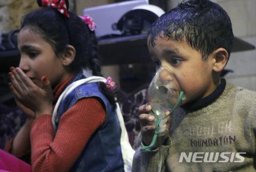 【두마=AP/뉴시스】8일(현지시간) 시리아 반군 장악지역인 두마에서 화학무기 의심 공격이 발생해 어린이들이 치료받고 있다. 사진은 시리아민방위대(SCD) 제공. 2018.4.9.