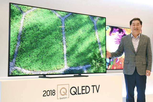 삼성전자 영상디스플레이사업부장 한종희 사장이 17일 오전 서울 삼성전자 서초사옥에서 열린 '삼성 QLED TV - 더 퍼스트 룩 2018 코리아' 행사에서 2018년형 QLED TV 신제품을 소개하고 있다./송은석기자