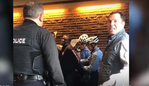 미국 필라델피아의 한 스타벅스 매장서 흑인 남성을 체포하는 경찰관 [유튜브 영상 캡처]