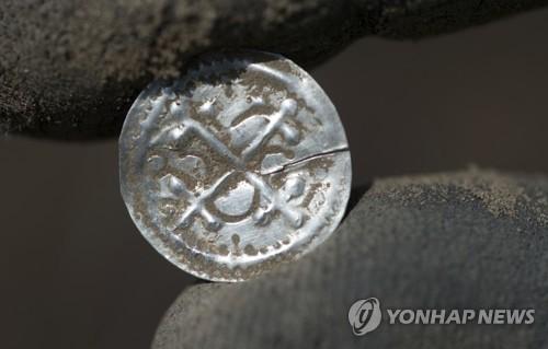 독일에서 발견된 덴마크 10세기 은화. [AP=연합뉴스]