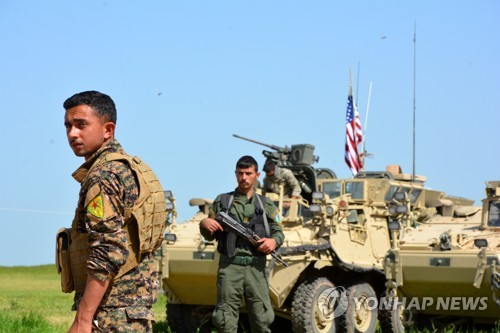 시리아 북동부 국경지역의 쿠르드 민병대와 미군 차량 [EPA=연합뉴스]