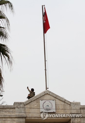시리아 북서부 아프린 관공서에 게양된 터키 국기 [AFP=연합뉴스]