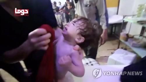 화학무기 의심 공격 벌어진 두마의 아기 [로이터=연합뉴스].