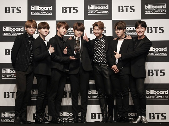 Group BTS (RM, Jin, Sugar, Jay Hop, Jimin, Vi, Political Bureau) K Pop Group Can you hold the honor of the first Billboard 2 crown?The BTS achieved a fruit nominated for two consecutive years as a candidate for the American Billboard Music Awards (BBMA) announced on the 17th (local time).