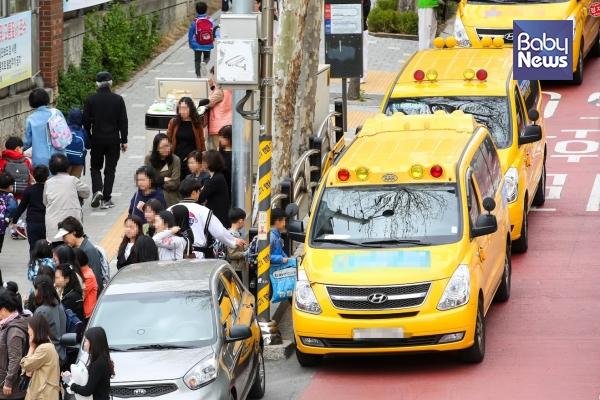 오후 1시면 초등학교 앞에서 태권도를 비롯한 각종 학원 차들이 대기하고 있다가 아이들을 태우고 간다. 김재호 기자 ⓒ베이비뉴스