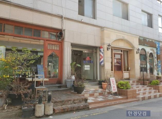 서울 이태원 경리단길 골목길의 한 유명 음식점. 민경진 기자