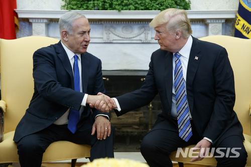 """【워싱턴=AP/뉴시스】베냐민 네타냐후 이스라엘 총리(왼쪽)와 도널드 트럼프 미국 대통령이 5일(현지시간) 백악관에서 정상회담을 진행하고 있다. 2018.3.6. 트럼프, 네타냐후에 """"평화에 정말로 관심 있긴 하냐"""" 직설"""
