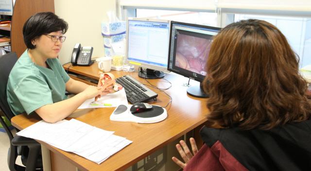 김미란 서울성모병원 산부인과 교수가 자궁에 근종이 생긴 여성에게 영상과 모형을 보여주며 치료 계획을 설명하고 있다. /사진제공=서울성모병원