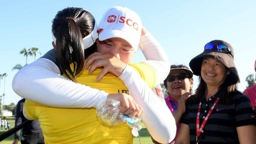 휴젤-JTBC LA오픈에서 첫 우승을 차지한 후 동생인 에리야를 끌어안고 기뻐하는 모리야 쭈타누깐. 웃는 얼굴로 지켜보는 이는 이들 자매의 어머니인 나루몬. [사진=LPGA투어]