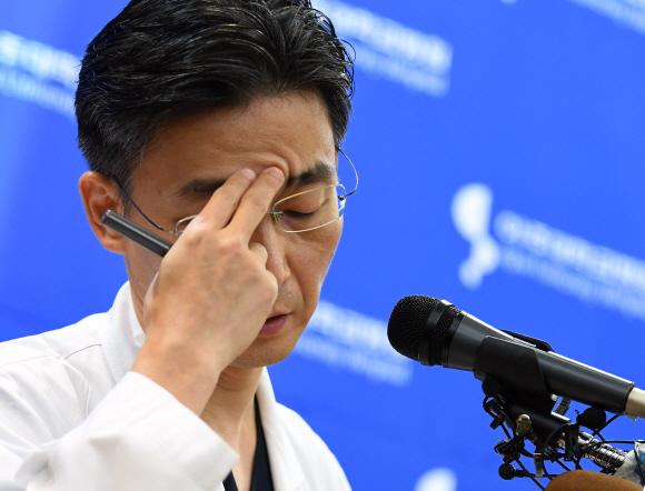 22일 오후 경기도 수원시 아주대학교병원에서 이국종 교수가 총상을 입은 채 귀순한 북한군 병사의 부상 정도와 회복 상태 등을 설명하다 외상센터에 관한 오해, 편견에 대해 얘기하고 있다. 2017.11.22 강성남 선임기자 snk@seoul.co.kr