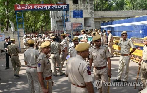 25일 인도 조드푸르 법원 앞에 '신의 현신'을 자칭하는 아사람 바푸의 성폭행 유죄 판결에 반발한 폭동을 우려해 많은 경찰이 모여있다.[EPA=연합뉴스]