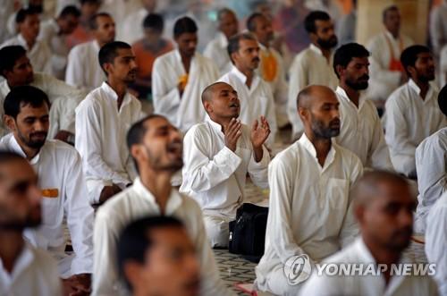 25일 인도 서부 구자라트 주 아메다바드의 한 아슈람에서 아사람 바푸의 추종자들이 그의 무죄 석방을 기도하고 있다.[로이터=연합뉴스]