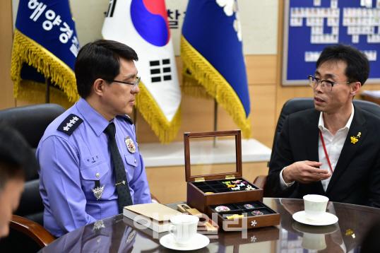 박경민 해경청장이 26일 오전 정부세종2청사에서 전명선 416가족협의회 위원장을 만났다. [사진=해양경찰청]