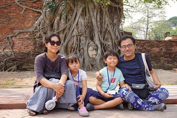 ⓒ구완회 타이 방콕 북부 아유타야의 상징인 '나무뿌리 속 부처머리상' 앞에서 찍은 구완회씨(맨 오른쪽) 가족사진.