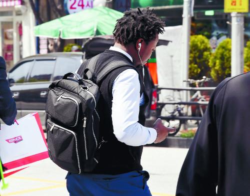 아프리카 출신 난민신청자가 일자리를 구하기 위해 서울 영등포구 대림역 근처 직업소개소를 찾아가고 있다. 곽경근 선임기자