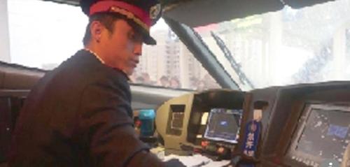 뇌 감시 센서가 부착된 모자를 착용한 중국 고속철 운전사 홍콩 사우스차이나모닝포스트(SCMP) 캡처